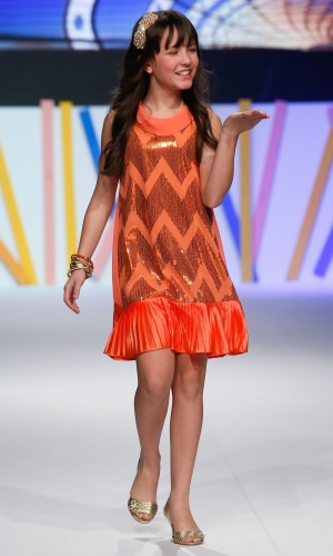 "31.jul.2013 - A atriz Larissa Manoela, que interpreta Maria Joaquina na novela ""Carrossel"" do SBT manda beijos para o público do Mega Polo Moda"