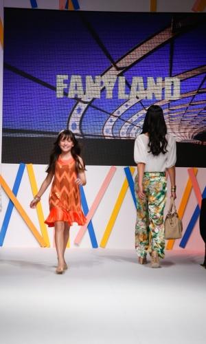 "31.jul.2013 - A atriz Larissa Manoela, que interpreta Maria Joaquina na novela ""Carrossel"" do SBT desfila no Mega Polo Moda"