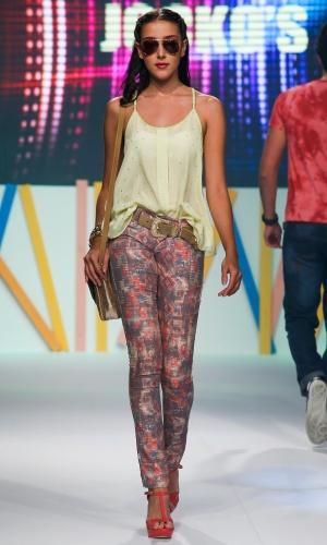 31.jul.2013 - A marca Jocko's mostra a combinação de calça estampada com blusa de alcinha