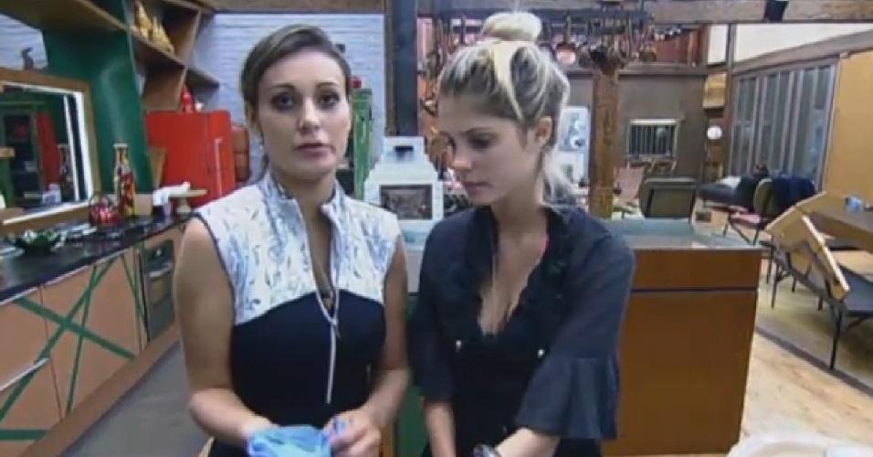 """31.jul.2013 - Andressa e Bárbara lvam a louça enquanto falam de Denise: """"Estou confusa com ela, às vezes eu tenho pena"""", disse a vice-Miss Bumbum"""