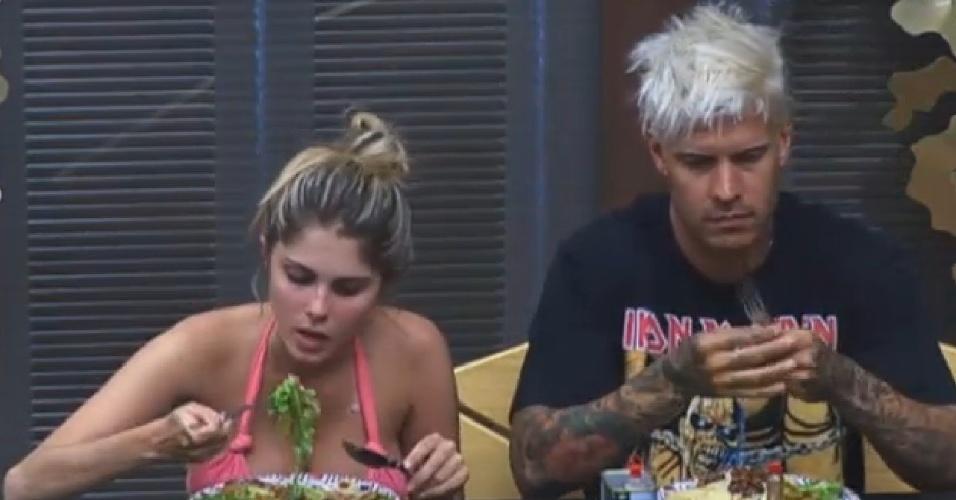 31.jul.2013 - Bárbara e Mateus almoçam juntos na sede
