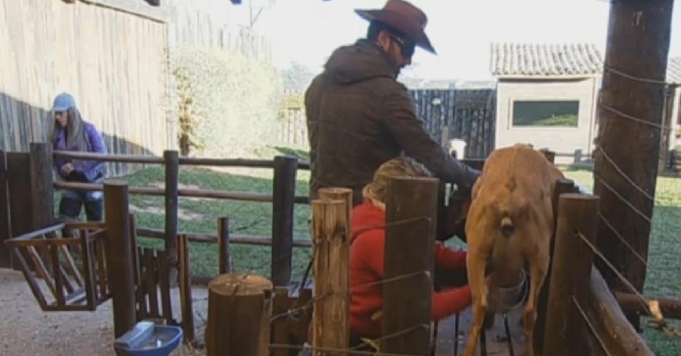 31.jul.2013 - Beto Malfacini ajuda Bárbara Evans na ordenha da cabra