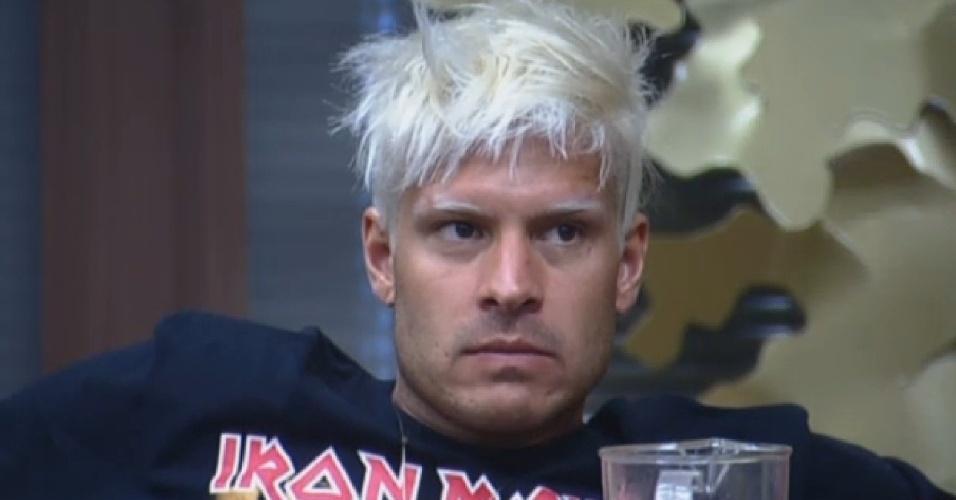 31.jul.2013 - Com camiseta da banda de metal Iron Maiden, Mateus presta atenção na conversa de outros peões durante o almoço