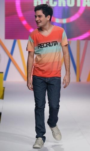 31.jul.2013 - O ator Rodolfo Valente sorri para os fãs na passarela do Mega Polo Moda ao desfilar para a marca Recruta