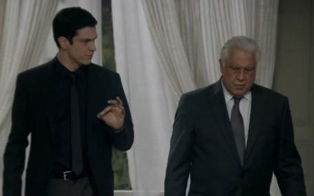 31.jul.2013 - Félix (Mateus Solano) terá seu cargo suspenso por César (Antonio Fagundes)