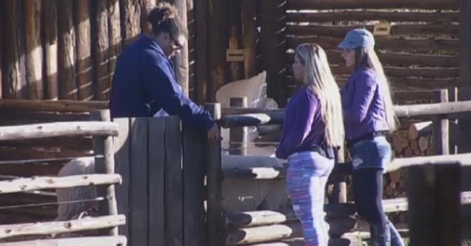 31.jul.2013 - Gominho recebe instruções de Denise e Filé antes de começar a cuidar das ovelhas