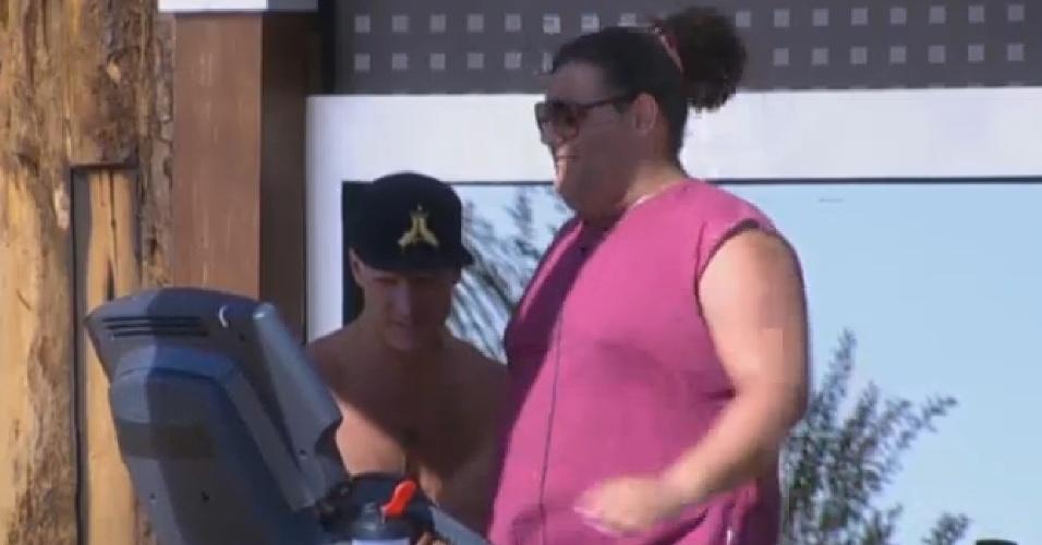 31.jul.2013 - Gominho sua a camisa na academia com a ajuda de Mateus Verdelho