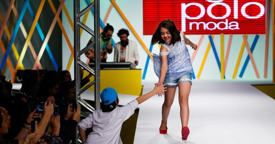 31.jul.2013 - Em sua última entrada na passarela, Klara Castanho cumprimenta um fã na plateia do Mega Polo Moda