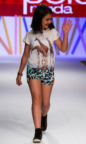 31.jul.2013 - Klara Castanho acena para o público enquanto desfila