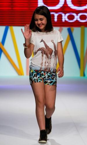 31.jul.2013 - Klara Castanho faz a segunda entrada na passarela do Mega Polo Moda