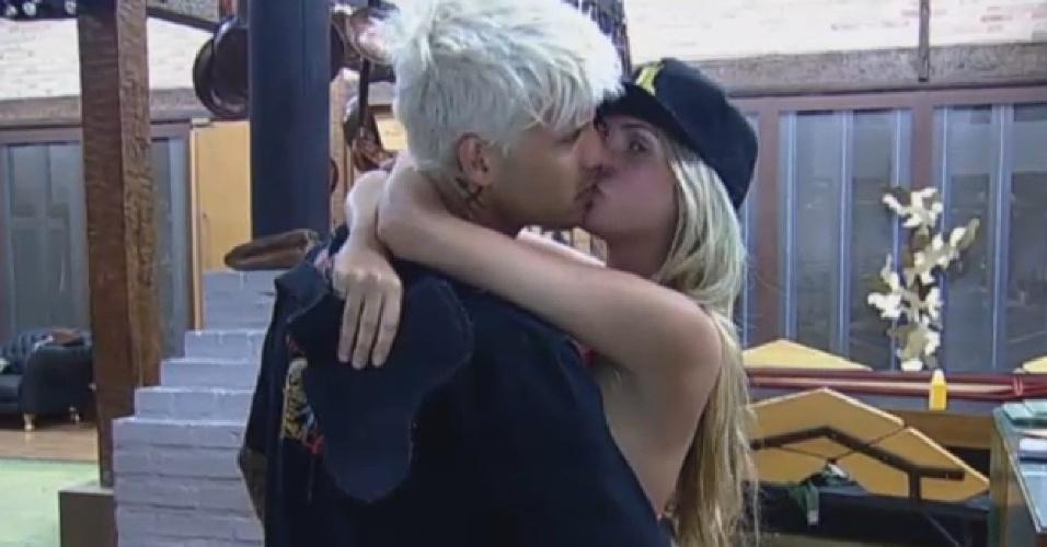 31.jul.2013 - Mateus e Bárbara se beijam antes do almoço