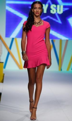 31.jul.2013 - A escolha da marca By Su foi apresentar um vestido básico minimalista em tonalidade forte