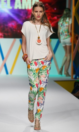 31.jul.2013 - Para não errar na combinação do look com calça estampada, faça como a marca Del Amo e use com uma blusa lisa
