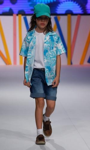 31.jul.2013 - Com camisa estampada e boné, modelo mirim desfila para a Peep, no Mega Polo Moda