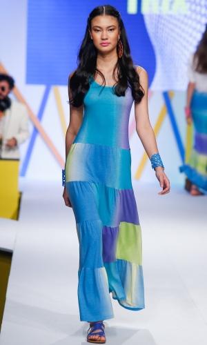 31.jul.2013 - A Trix apresentou um vestido longo estampado em tons de azul e verde