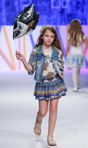 31.jul.2013 - A modelo mirim da marca Anjo D'Água entrou com um balão na passarela do Mega Polo Moda