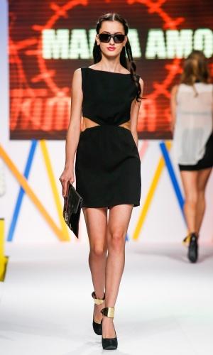 """31.jul.2013 - A tendência dos vestidos """"cut out"""" (recortes vazados) continuam em alta para o próximo verão. Este pretinho básico foi desfilado pela marca Maria Amora"""
