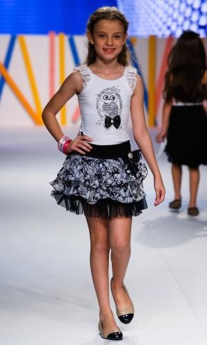 31.jul.2013 - O look infantil da marca Passos de Minas mostra babados e combinação de preto e branco