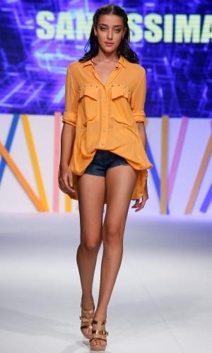 31.jul.2013 - O short bem curto usado com camisa larga e comprida apresentado pela marca Santíssima