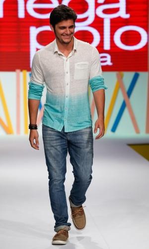 31.jul.2013 - O ator Bruno Gissoni desfila no Mega Polo Moda vestindo camisa branca em degradê para o azul e jeans