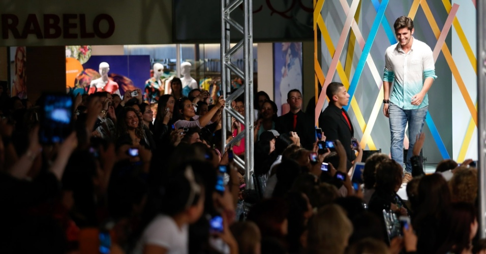 31.jul.2013 - Fãs aproveitam para tirar fotos ator Bruno Gissoni no desfile que aconteceu no shopping atacadista Mega Polo Moda