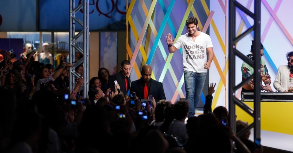 31.jul.2013 - O ator Bruno Gissoni acena para os fãs ao entrar na passarela do último desfile do evento Mega Polo Moda