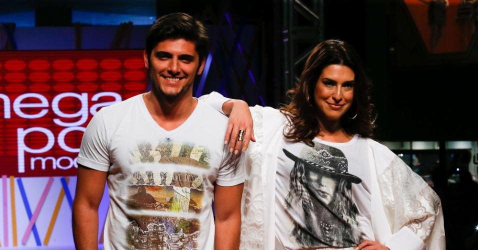 31.jul.2013 - Os atores Bruno Gissoni e Fernanda Paes Leme encerram o desfile no evento do Mega Polo Moda