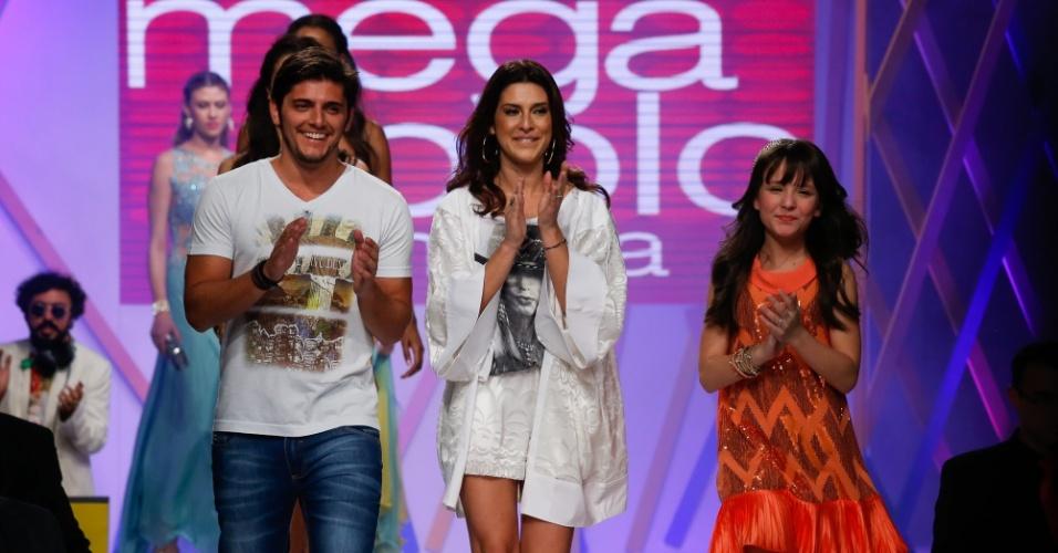 31.jul.2013 - Os atores Bruno Gissoni, Fernanda Paes Leme e Larissa Manoela encerram o desfile do Mega Polo Moda aplaudindo