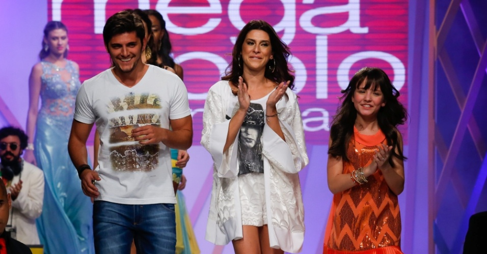 31.jul.2013 - Os atores Bruno Gissoni, Fernanda Paes Leme e Larissa Manoela puxam a fila final do desfile no evento do Mega Polo Moda
