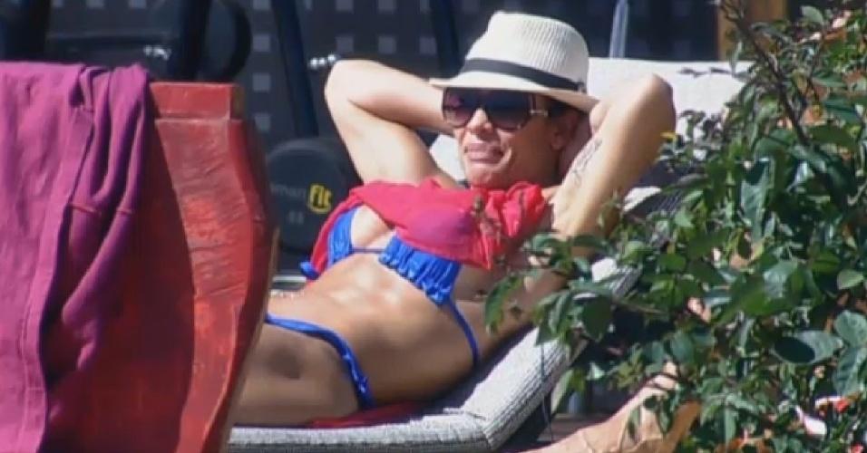 31.jul.2013 - Scheila Carvalho canta com os outros peões enquanto aproveita tarde de sol na beira da piscina