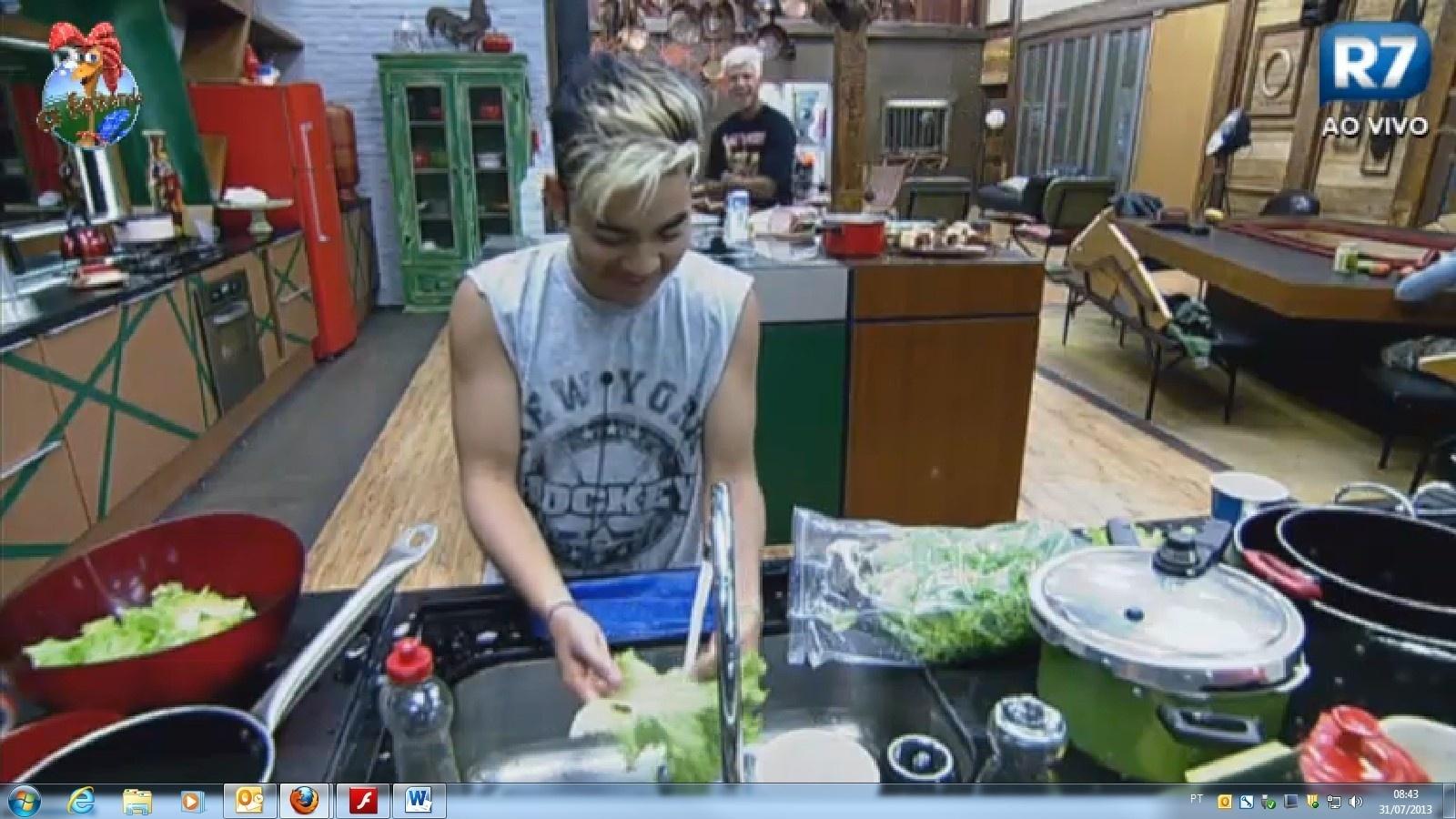 31.jul.2013 - Yudi ri depois de cair em brincadeira de peões e beber leite de cabra sem ferver
