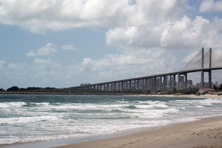 A praia de Redinha, diante da Ponte de Todos, em Natal