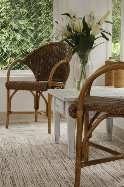 As poltronas em fibra natural e a mesa com pintura patinada branca formam um canto aconchegante no quarto do casal. A Casa Iporanga teve o projeto de reforma assinado pela designer de interiores Marília de Campos Veiga