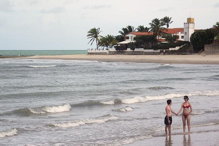Casal em praia de Muriú, uma das paradas dos passeios de bugue que partem de Natal