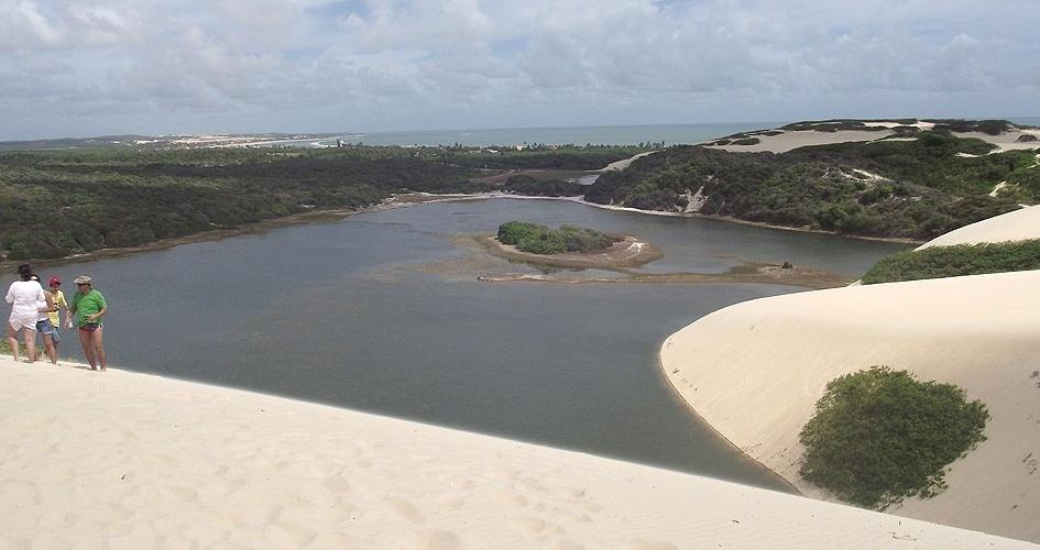 Lagoa, dunas e mar de Genipabu, paisagens a 34 km de Natal, no Rio Grande do Norte
