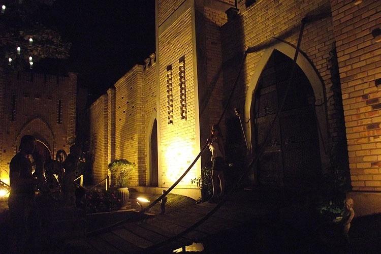O castelo do albergue Lua Cheia, em Natal, que também abriga a casa noturna Taverna Pub