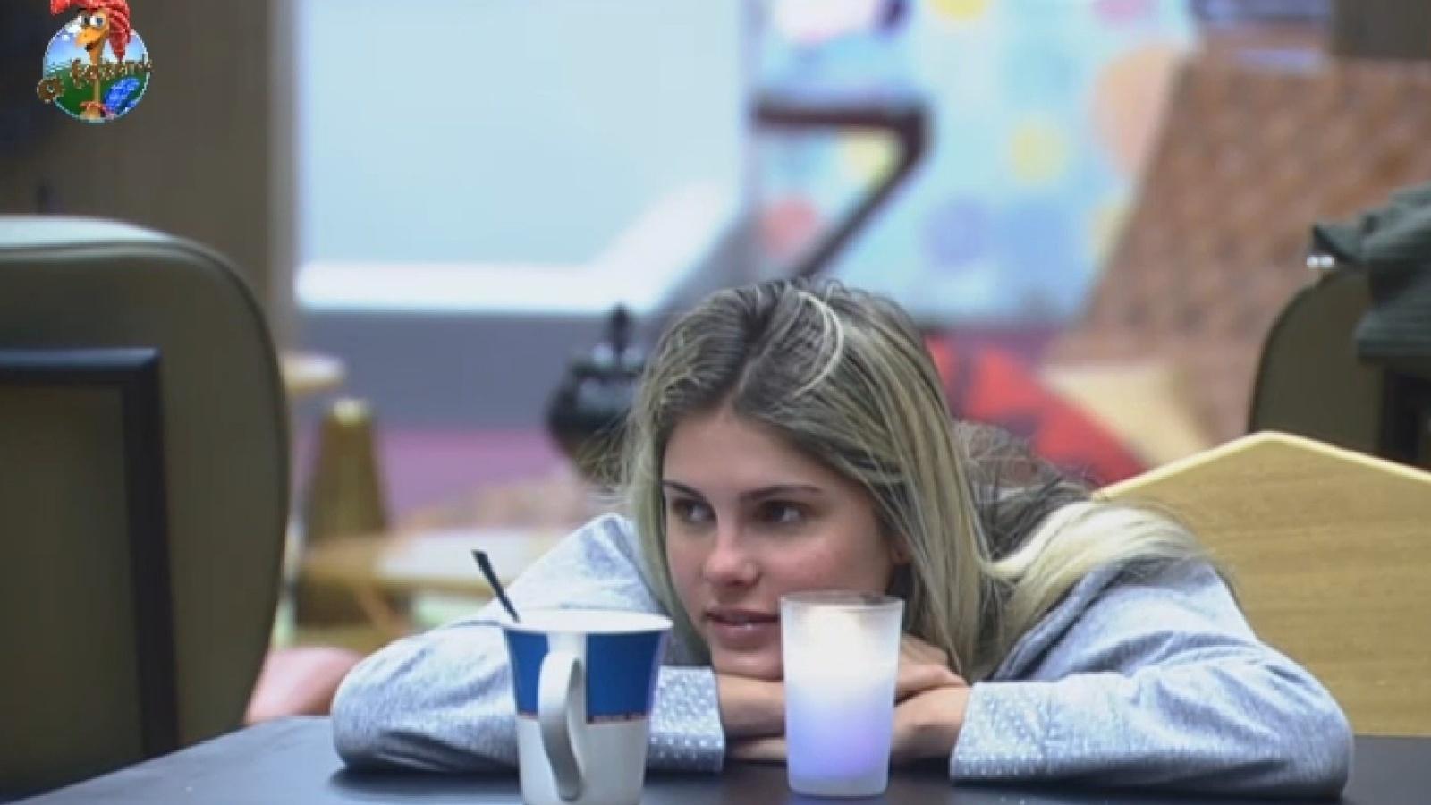 1º.ago.2013 - Bárbara Evans ri ao ouvir Mateus contar sonho da noite passada