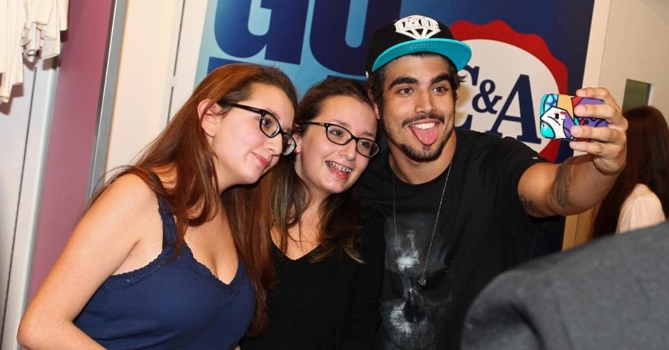 1.ago.2013 - Caio Castro foi tietado durante inauguração de uma loja em um shopping em São Paulo. O ator tirou fotos com as fãs. Caio está em