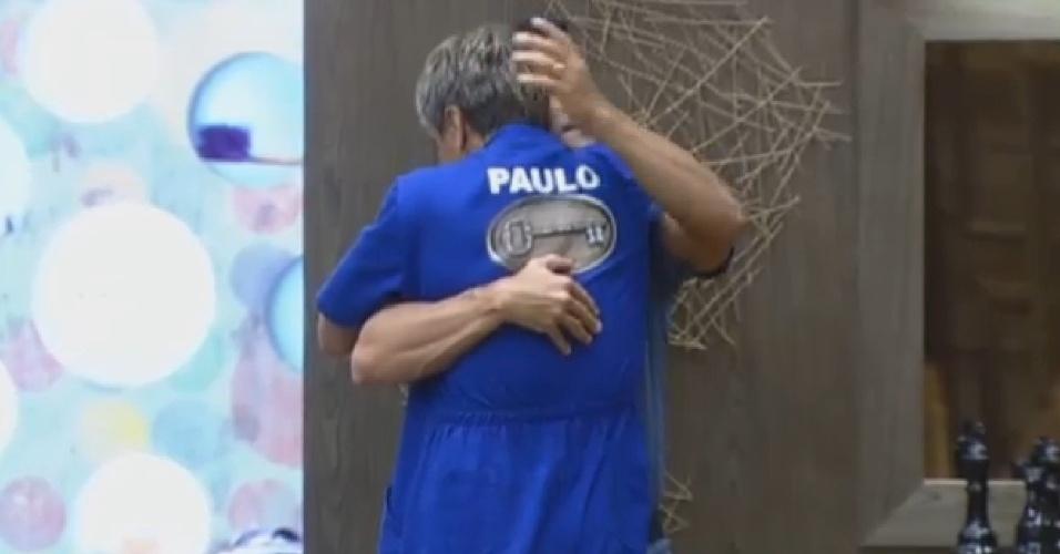 1º.ago.2013 - Paulo Nunes recebe abraço de Marcos oliver antes da prova da chave