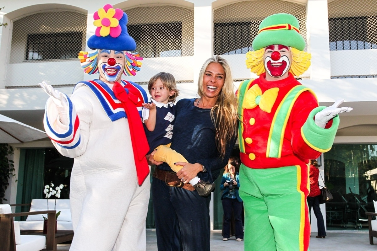 1.ago.2013- Adriane Galisteu e o filho Vittorio se divertiram com Patati Patatá na festa dos trigêmeos de Isabella Fiorentino
