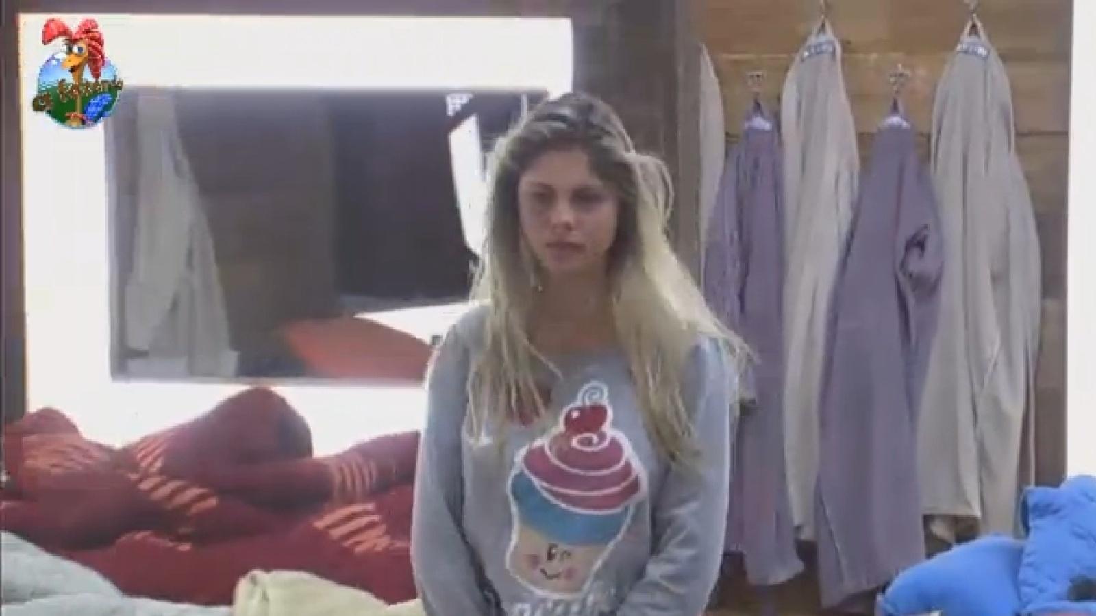 1º.ago.2013 - Bárbara Evans anda pelo quarto ao acordar na manhã desta quinta-feira