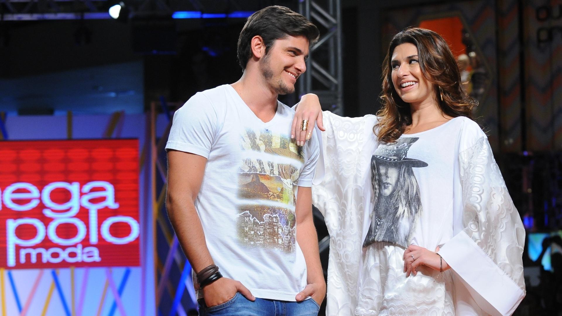 31.jul.2013 - Bruno Gissoni e Fernanda Paes Leme desfilam no Mega Polo Moda, no Brás, em SP