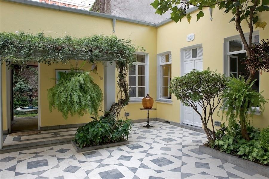 ideias jardins moradiasEntrada do casarão do artista no centro de