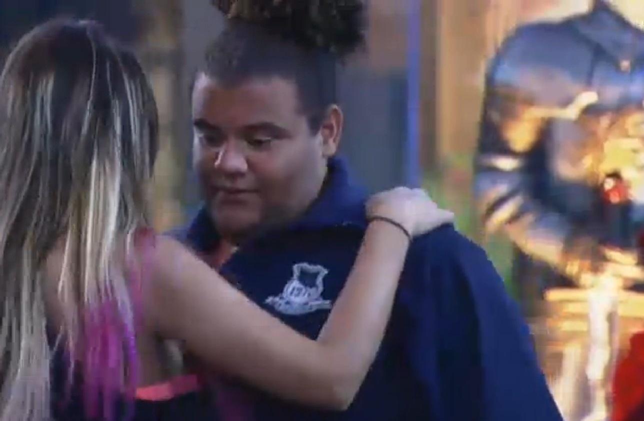 02.ago.2013 - Gominho e Andressa dançam durante festa