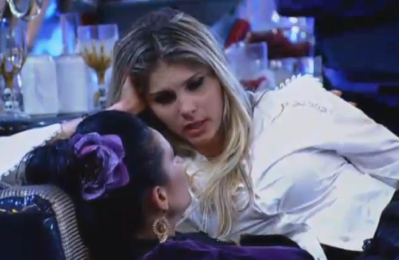 02.ago.2013 - Scheila Carvalho e Bárbara Evans conversam na pista de dança