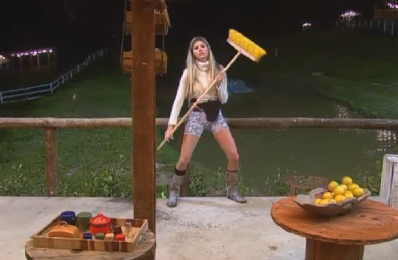 02.ago.2013 - Usando cueca de Mateus, Bárbara dança com vassoura na cozinha do celeiro