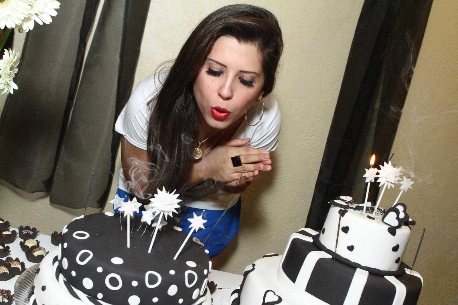 1.ago.2013 - Andressa assopra vela em sua festa de aniversário no Rio de Janeiro. A ex-BBB completa 24 anos