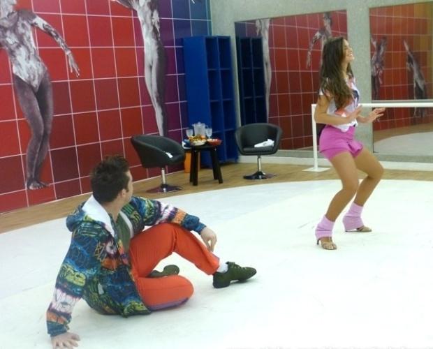 1.ago.2013 - Bruna Marquezine ensaia funk para a