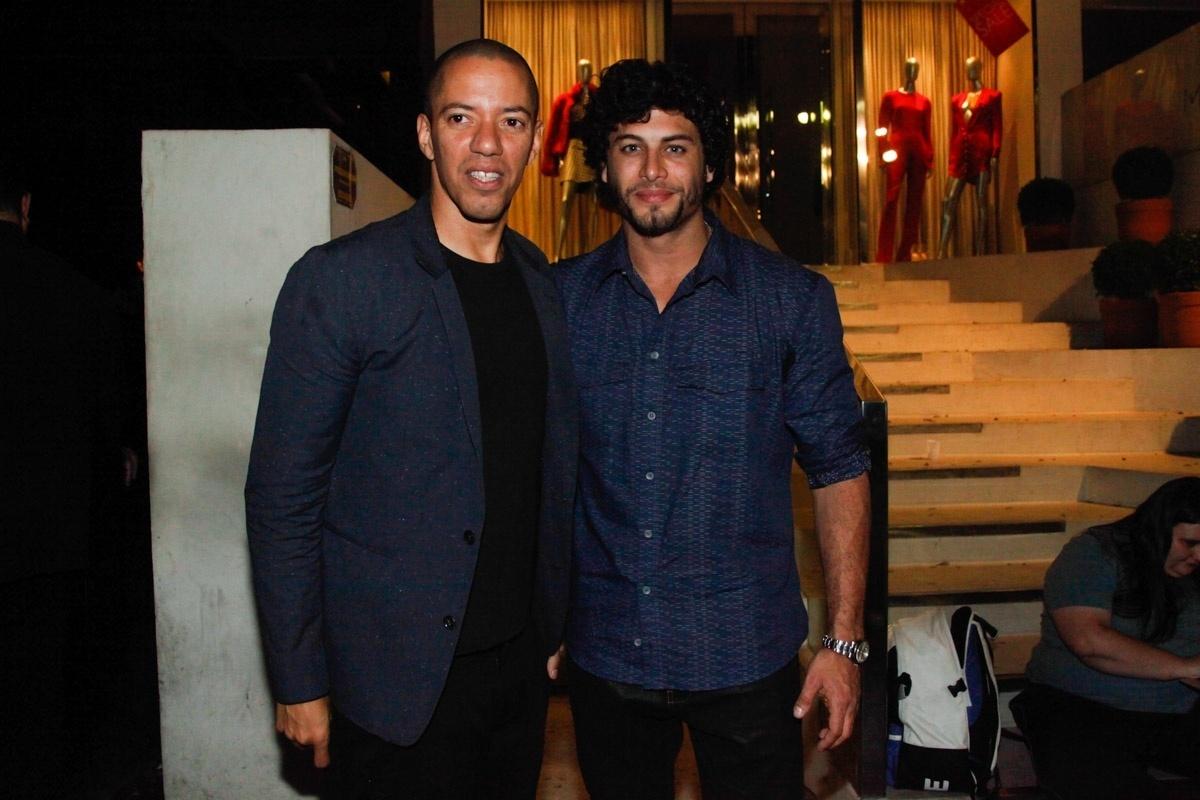 1.ago.2013 - Jesus Luz com Felipe Venâncio na festa de aniversário do diretor de arte Giovanni Bianco em bar dos Jardins, em São Paulo
