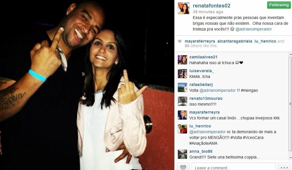 2.ago.2013 - Adriano e a noiva fazem gestos obscenos em foto publicada no Instagram